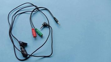 foto van bedrade externe microfoon met kabel die kan worden aangesloten op een smartphone of laptop
