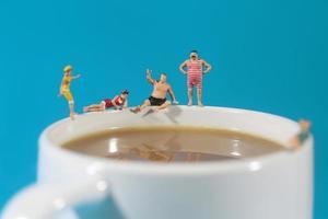 plastic mensen zwemmen in koffie foto