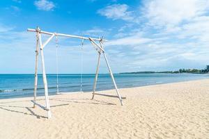 houten schommel op het strand foto