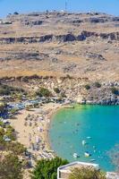 lindos strand baai panorama met turkoois helder water rhodos griekenland foto
