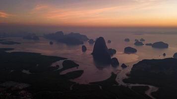 samet nang zij, thailand prachtig landschap van de oceaan tijdens zonsopgang gouden uur. foto