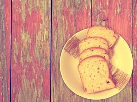 brood op houten achtergrond foto