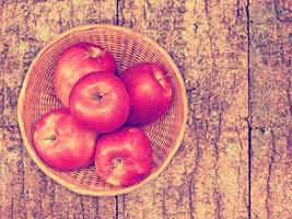 appels op de houten achtergrond foto