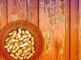 pinda's op de houten achtergrond foto
