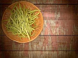 groene boon groente op houten achtergrond foto