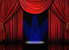 fluwelen theater toneelgordijnen met blauwe schijnwerpers foto