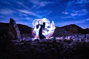 mooi model dat 's nachts in de woestijn poseert foto