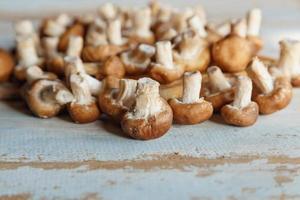 verse shiitake paddenstoelen op de houten keukentafel foto