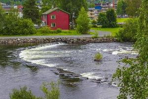 idyllische rode huizen en rivier in fagernes fylke innlandet noorwegen foto