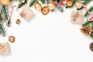 minimale creatieve platte lay van traditionele kerstcompositie en nieuwjaarsvakantieseizoen. bovenaanzicht winter kerstversiering op witte achtergrond met lege ruimte voor tekst. kopieer ruimtefotografie. foto