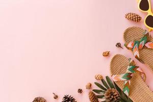 creatieve plat lag foto van reizen vakantie lente of zomer tropische mode. bovenaanzicht strandaccessoires op pastelroze kleur achtergrond met lege ruimte voor tekst. bovenaanzicht kopieer ruimtefotografie.