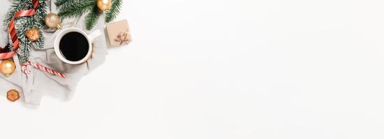 creatief plat leggen van traditionele kerstcompositie en nieuwjaarsvakantieseizoen. bovenaanzicht winter kerstversiering op witte achtergrond. panoramische banner met kopie ruimte voor tekst en reclame. foto