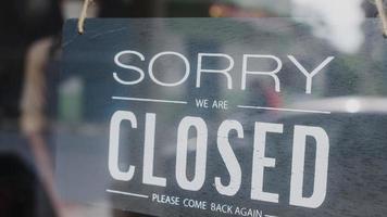 sorry we zijn gesloten vintage zwart-wit retro bord op een café met koffieglazen deur na quarantaine van het coronavirus. eigenaar klein bedrijf, eten en drinken, zakelijke financiële crisisconcept. foto