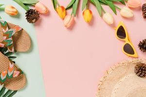 creatieve platte lay van reizen vakantie lente of zomer tropische mode. bovenaanzicht strandaccessoires op pastel groen roze kleur achtergrond met lege ruimte voor tekst. bovenaanzicht kopieer ruimtefotografie. foto