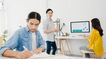 samenwerkingsproces van multiculturele zakenmensen met behulp van laptoppresentatie en communicatievergadering brainstormen ideeën over nieuwe projectcollega's die een successtrategie plannen in een thuiskantoor. foto