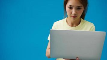 jong meisje online winkelen met laptop en betalingsopdracht online geïsoleerd op blauwe achtergrond. kopieer ruimte voor het plaatsen van een tekst, bericht voor reclame. advertentiegebied, mockup promotionele inhoud. foto