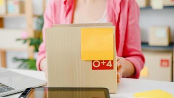 jonge azië ondernemer zakenvrouw check product inkooporder op voorraad en opslaan op computer laptop werk thuis kantoor. eigenaar van een klein bedrijf, online marktlevering, lifestyle freelance concept. foto