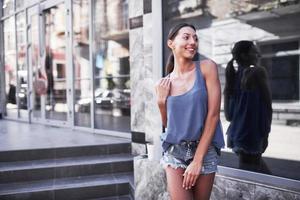 jonge lachende tiener gelukkige vrouw op straat. zorgeloze en vrolijke, zonnige lentestemming foto