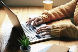 freelance concept, vrouw die computers gebruikt om werk te ontwerpen zoals besteld door klanten. foto