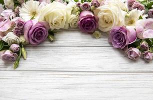 rand gemaakt van roze bloemen foto