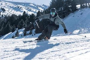 freestyle skiër in het Grandvalira-resort in de winter van 2021 foto