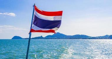 de nationale vlag van thailand in ruwe wind blauwe lucht. foto