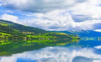ongelooflijke noorse landschap kleurrijke bergen fjord bossen jotunheimen noorwegen. foto