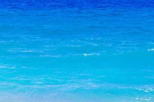 elli strand textuur van blauw turkoois helder water rhodos griekenland. foto