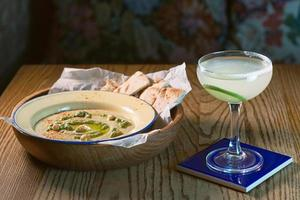 hummus in het bord met wit brood foto