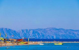 elli strandtoerisme rhodos griekenland turkoois water en uitzicht op turkije. foto