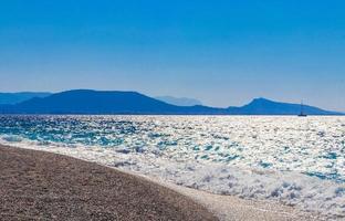 elli strand landschap rhodos griekenland turquoise water en ialysos uitzicht. foto