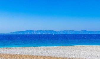 elli strand landschap rhodos griekenland turquoise water en Turkije uitzicht. foto
