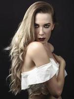 jonge vrouw met lang haar en blauwe ogen foto