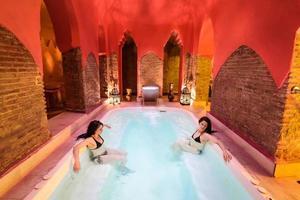 twee vrouwen genieten van arabische baden hamam in granada foto