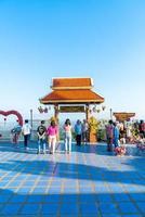chiang mai, thailand - 6 dec 2020 - uitzicht op wat phra that doi kham of gouden tempel in chiang mai, thailand. deze tempel ligt op de Doi Kham-heuvel? foto