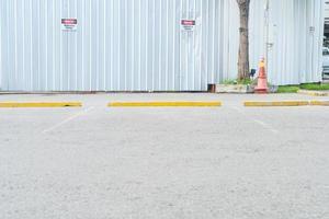 lege parkeerauto voor achtergrond foto