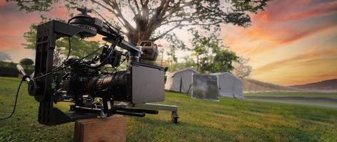 achter de videocamera die voor het opnemen van film op een buitenlocatie. foto