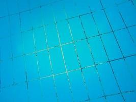 textuur van blauwe tegels op de bodem van het zwembad foto