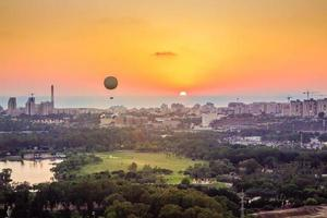 tel aviv skyline bij zonsondergang foto
