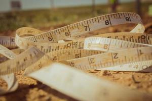 meetlint op de grond geplaatst op een bouwplaats foto