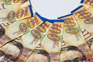 stapel Israëlische geldbiljetten van 100 shekel - bovenaanzicht foto
