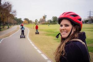 groep mensen die op segway in het park reizen foto