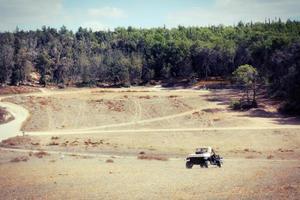 buggy auto in een landelijke omgeving foto
