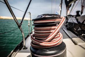 Lier met rood en wit touw op zeilboot in de zee foto