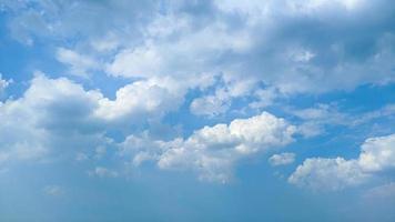 mooie wolken en blauwe lucht bij daglicht foto