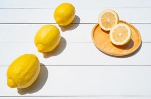uitzicht van bovenaf op verse citroen op witte tafel foto
