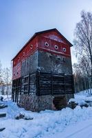 norn, zweden, 2021-02-07. oude gesloten ijzerfabriek in een winterkoud zweden foto