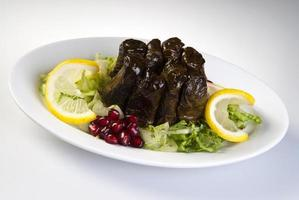 met olijfolie gevulde bladeren op het bord met groente voor service voor restaurantconcept uit turkije foto