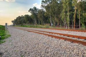spoorlijn in een landelijk gebied in de middag foto