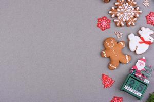 kerst feestelijke peperkoek thuis gemaakt op een gekleurde achtergrond foto